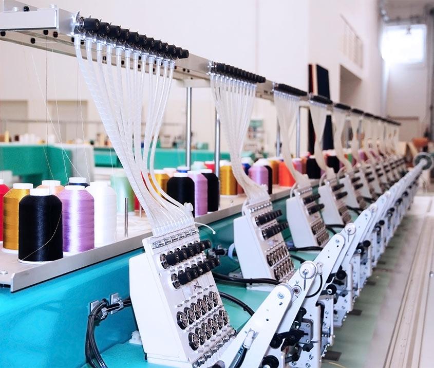 Profashionals bedrijfskleding - textielmachines in fabriek